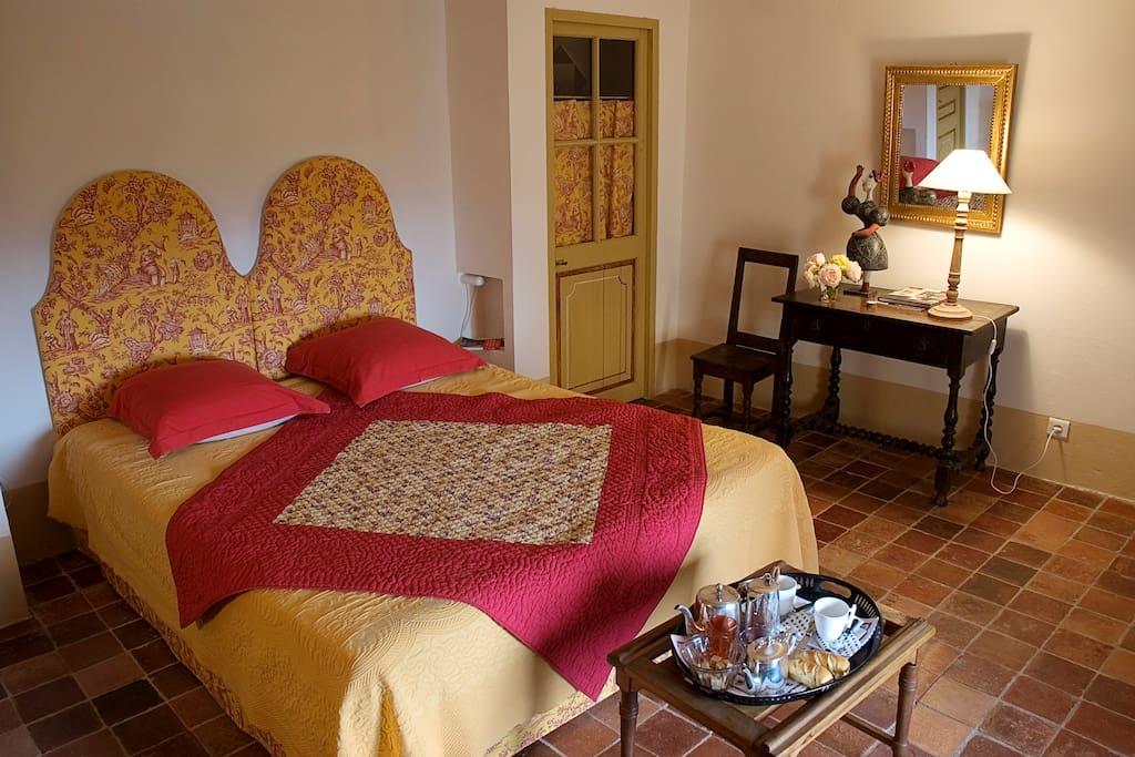 grande chambre vue sur les villages du Luberon