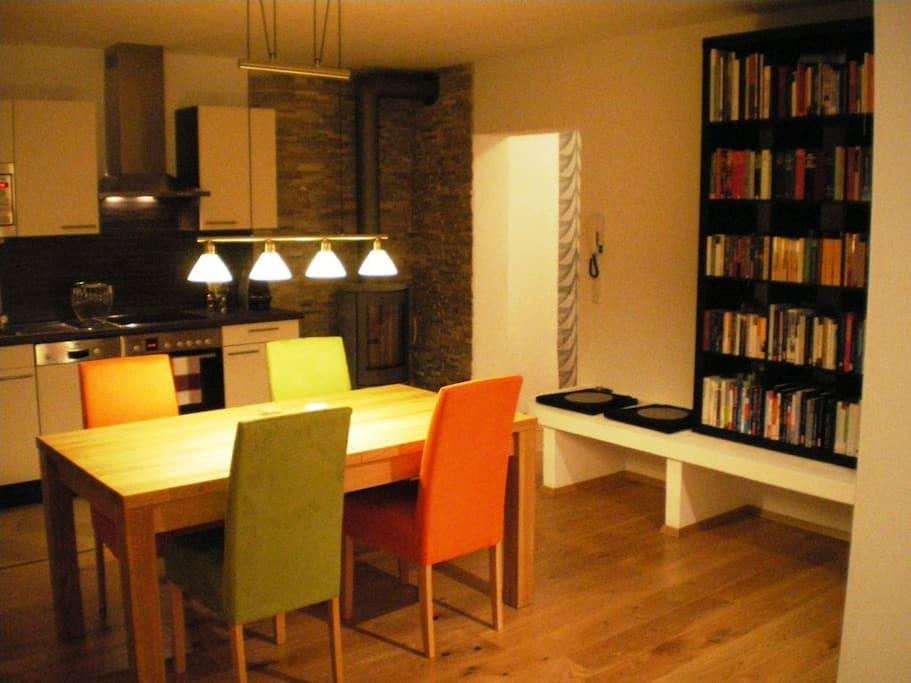 moderne Küchenzeile mit Geschirrspüler, E-Herd, Backröhre, Mikrowellenherd, Tiefkühlfach und Nespresso-Kaffeeautomat