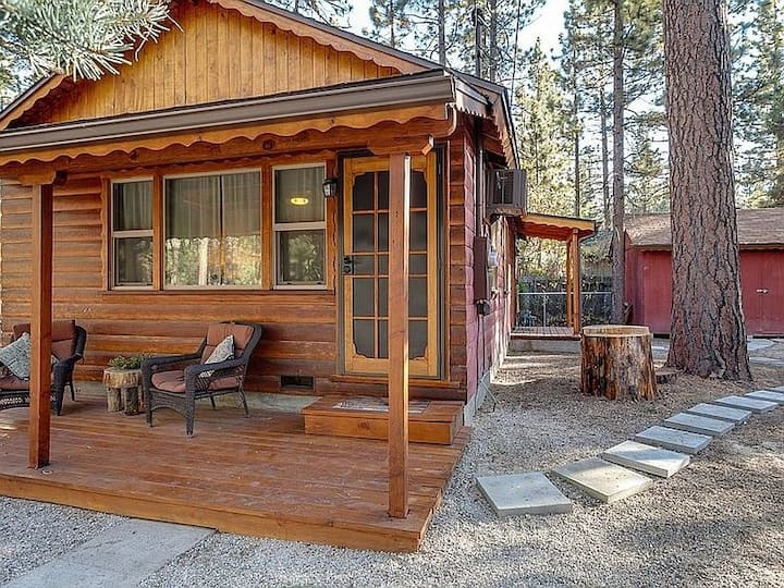 Cozy Cabin Amongst the Pines. 2BR 1BA w parking