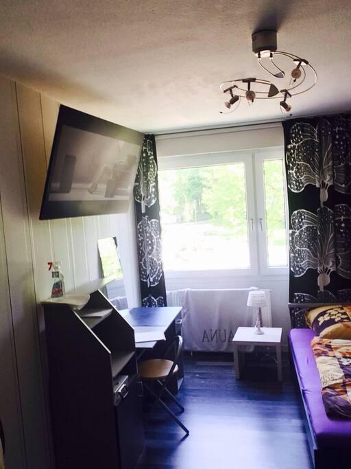 helles gemütliches Zimmer (ca.17qm) mit kleinem Schreibtisch für Büroarbeit oder zum lesen...
