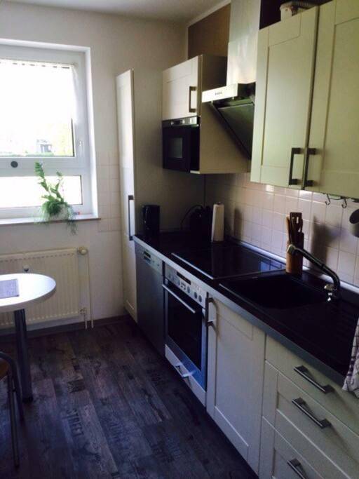 voll eingerichtete Küche, mit E-Herd, Kühl- und Gefrierschrank, Geschirrspüler, Wasserkocher, Toaster usw...