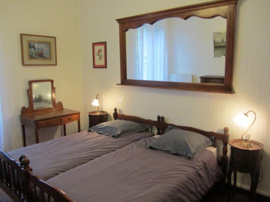 Lili chambre entre cit et ville chambres d 39 h tes for Chambre d hote carcassonne