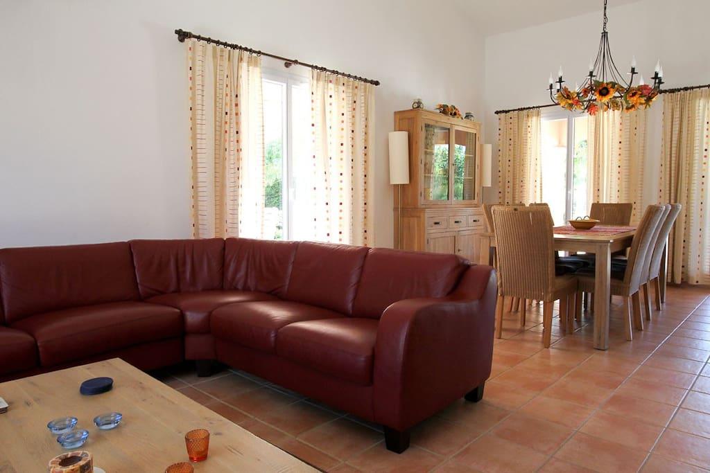 un salon spacieux