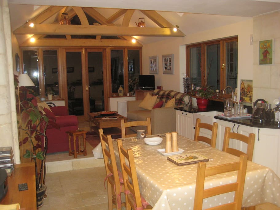 Oak Beamed Kitchen - lounge with TV - wifi