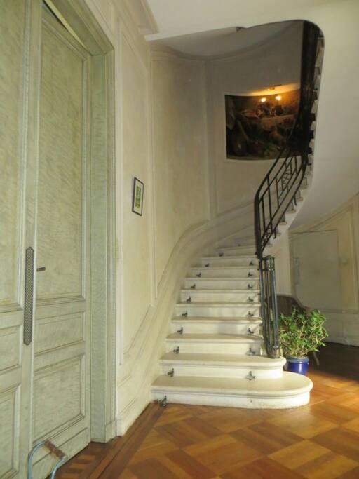 L'escalier pour accéder à l'étage des chambres.