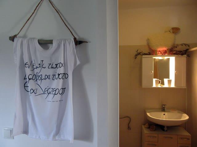 """Es hängt ein T-Shirt an der Wand: """"Ich hoffe nichts, ich fürchte nichts, ich bin frei"""". (Nikos Kazantzakis)"""