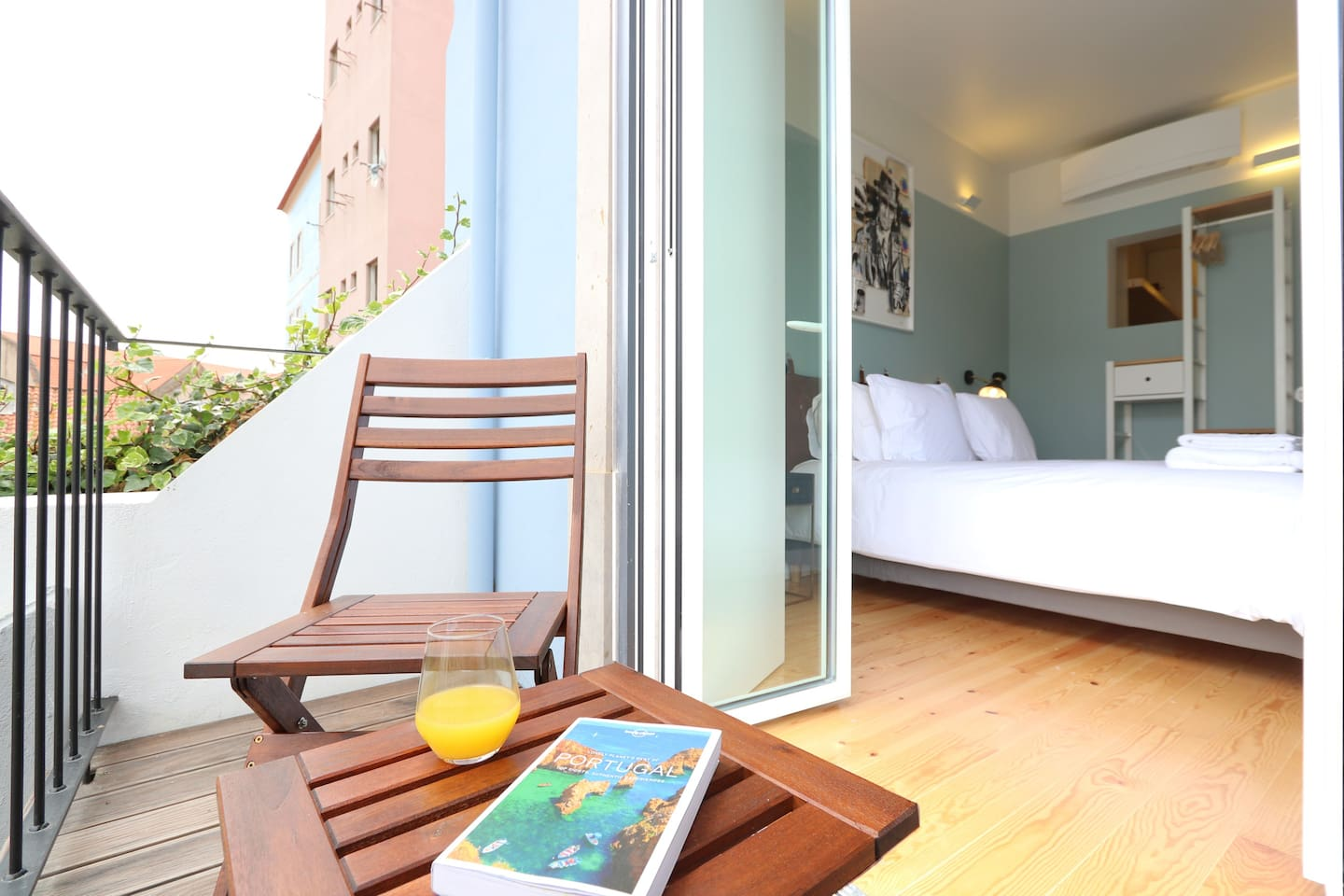 Your vacation dream fulfiled: balcony, view to the Castle and the pool with a comfortable bed