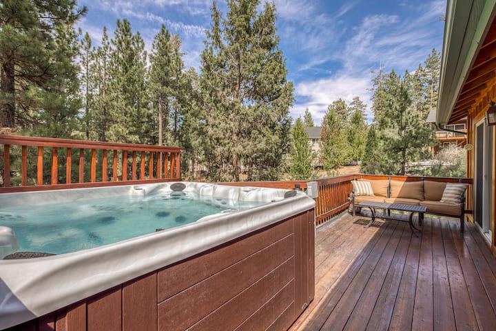 Charming cabin with a private hot tub, close to downtown & skiing!