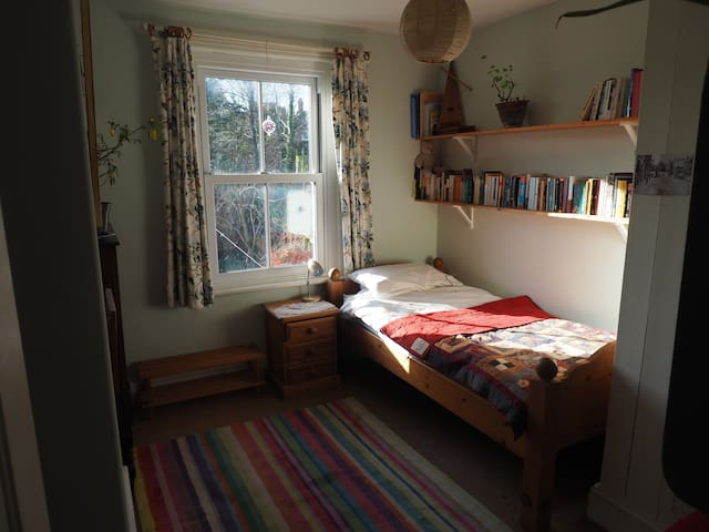 Peaceful and cosy room, close walk to town