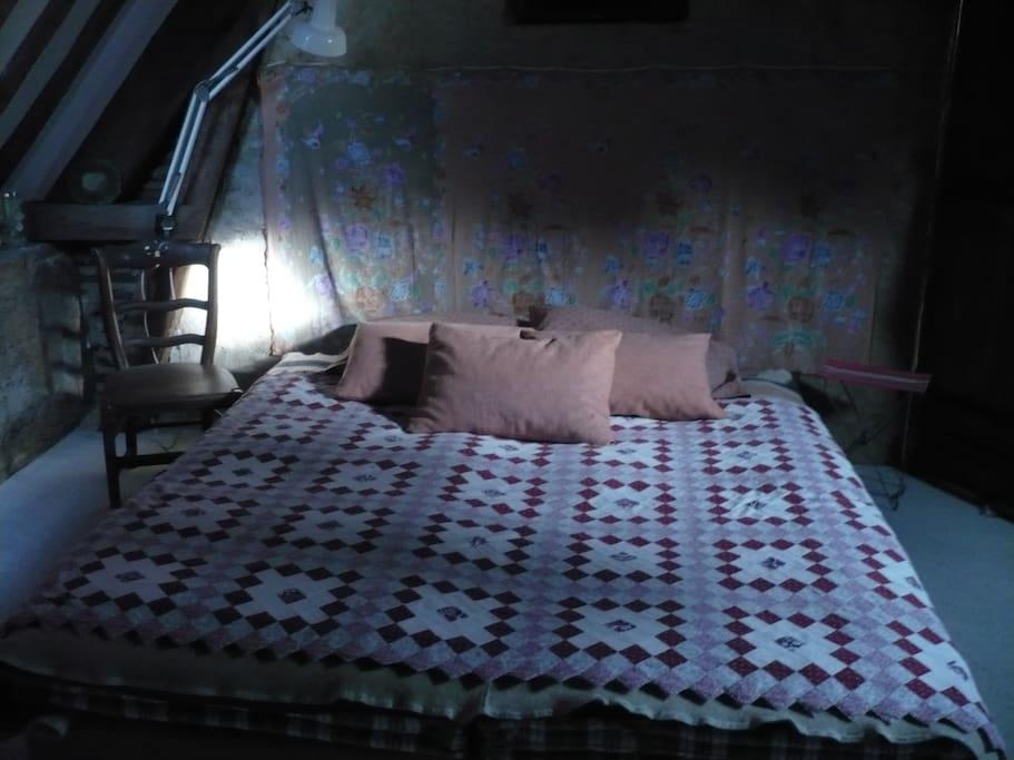 grand lit de la chambre