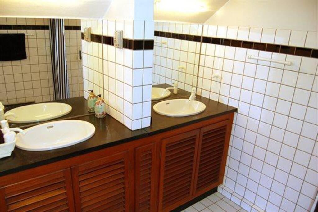 Badeværelset, med bruser og gulvvarme