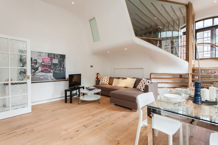 Bright & airy duplex on Thames Path
