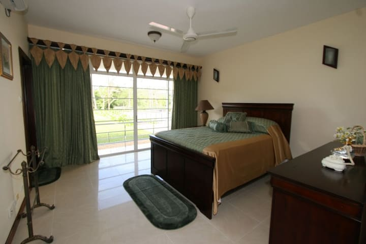 Super Luxury Waterfront Suites - Piliyandala - Villa