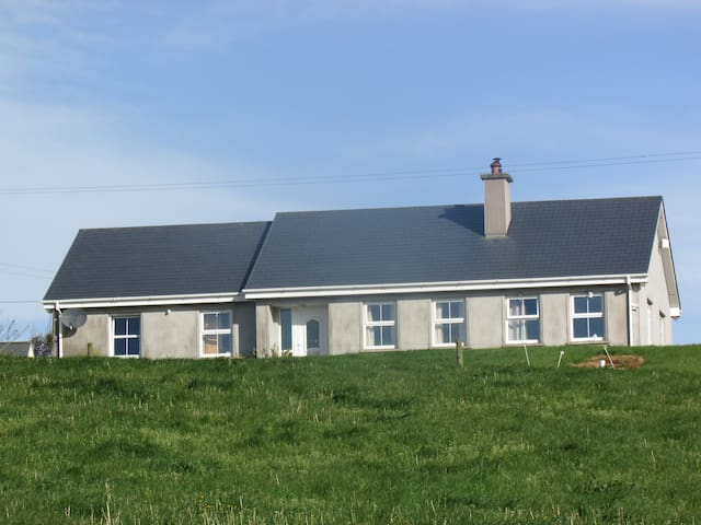 Cosy Bungalow with Atlantic Views - Clonakilty - Maison