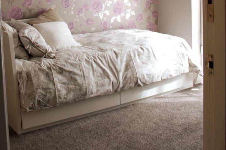 "Confortable and cosy ""Riverside Village"" Room"