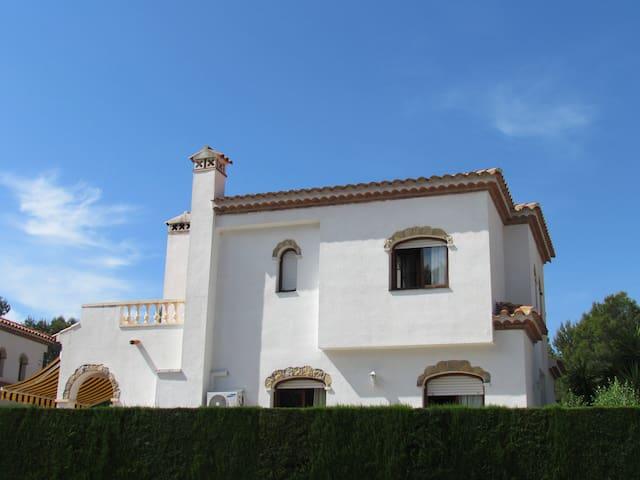 bonita casa unifamiliar con piscina h user zur miete in miami platja katalonien spanien. Black Bedroom Furniture Sets. Home Design Ideas