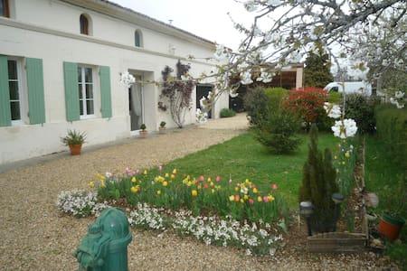 grande chambre ( 24 m3 ) à l'étage - Saint-Simon-de-Bordes