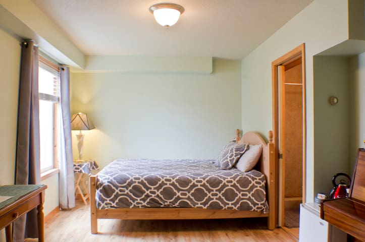Quiet, central private queen bed and bath - Missoula - Talo