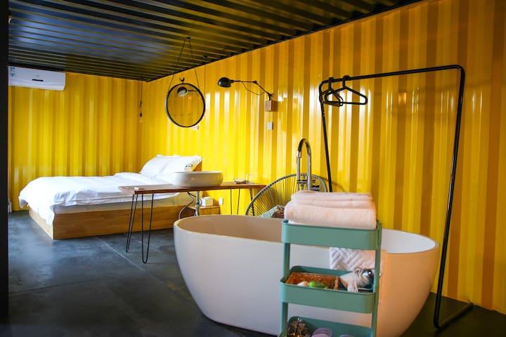 """青年院由""""吖""""、""""啊""""、""""呦""""三个各具特色的小套院组成。为现代风格设计,其内,满是精心挑选的家具灯具、来自世界各地的小饰物和不同类型的书籍DVD,还配有多种趣味桌游。""""吖""""建筑面积47平米、庭院面积12平米,有着宽敞的集装箱卫浴空间,于是,听着虫鸣泡澡看书,或是给小宝贝洗个泡泡浴,岂不乐哉。客厅行军床具备加床条件。"""