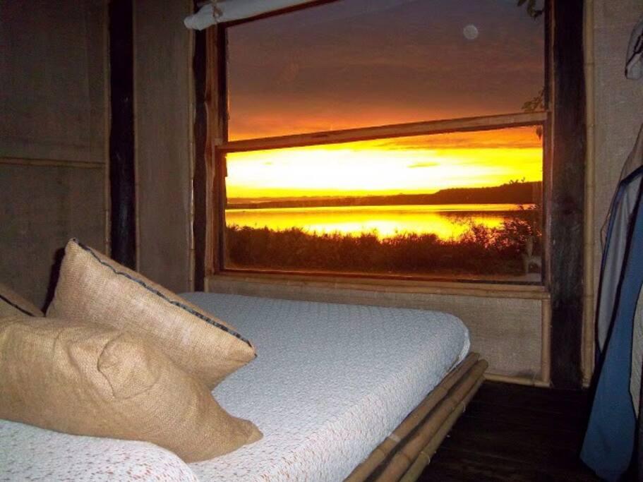 Dormitorio en suite con vista al lago