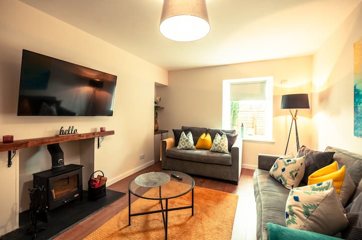 Kellas Cottage - newly refurbished 2 bed cottage w/ private parking
