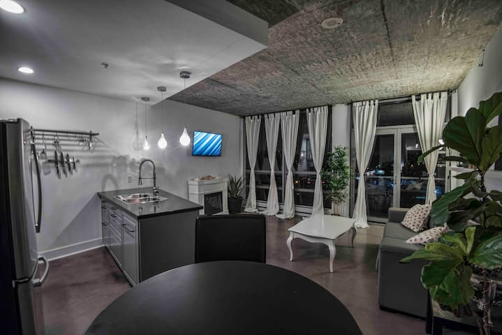 Romantic Upscale Loft In Central Downtown Location