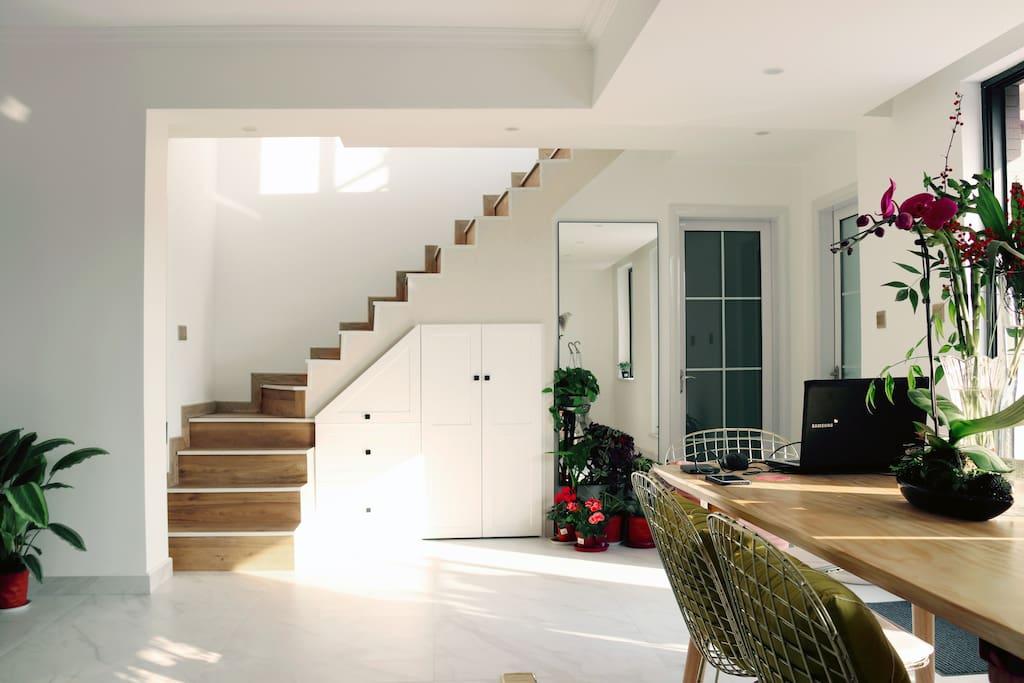 房源是单元楼,分为上下两层,我们为大家准备了大床卧室*2,卫生间*1,厨房*1,大阳台*1,客厅为公共活动区域,2楼为房东自住,有事可以召唤。