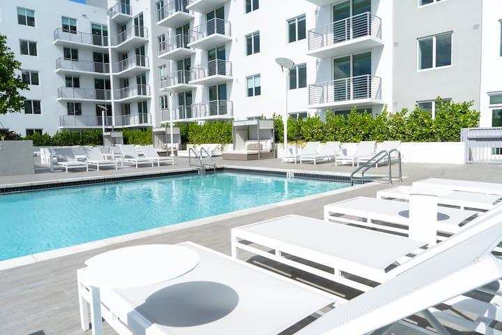 # 1217 Miami Style 2/2 Penthouse and Jacuzzi