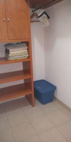 Los cuartos cuentan con closet y blancos