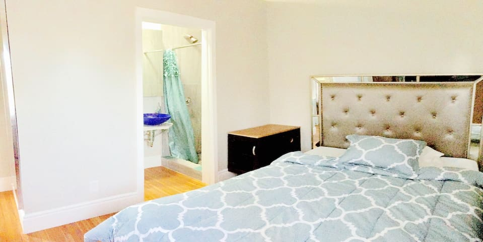 Private Queen Room in West Hollywood - No Service Fee!