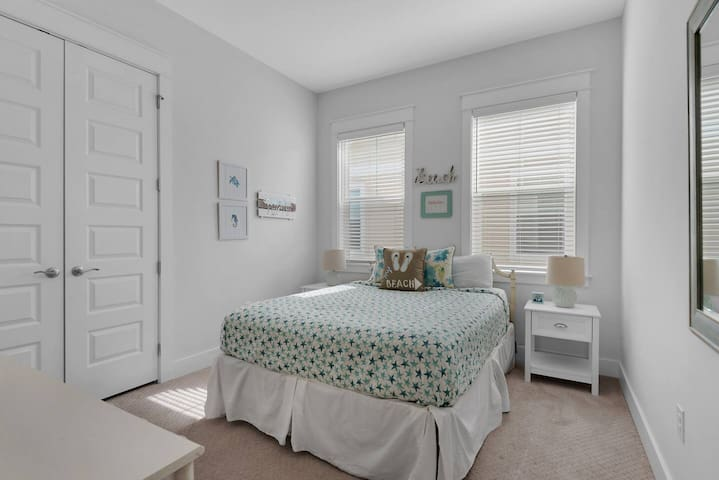 Bedroom 2 with Queen-size bed and smart TV