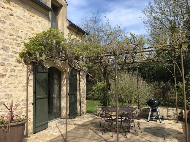 Pergola avec table de jardin et barbecue