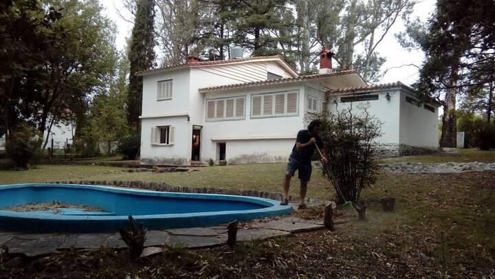 Casa grande en La Bolsa, a tres cuadras del río