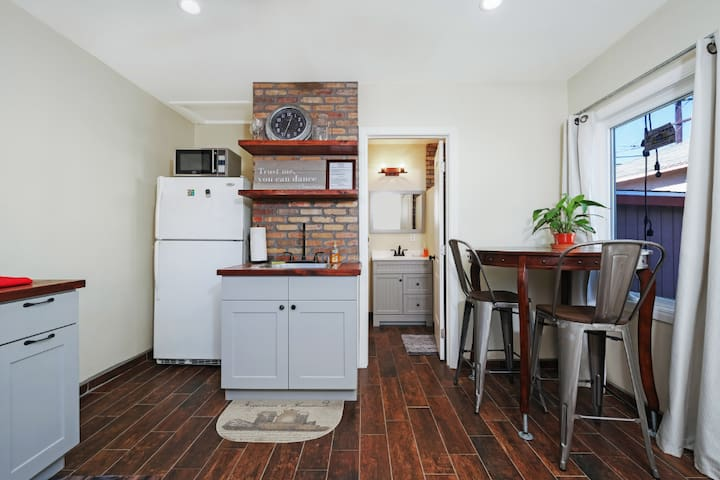 NEW!! One bedroom suite, 24hr self/check-in LAX
