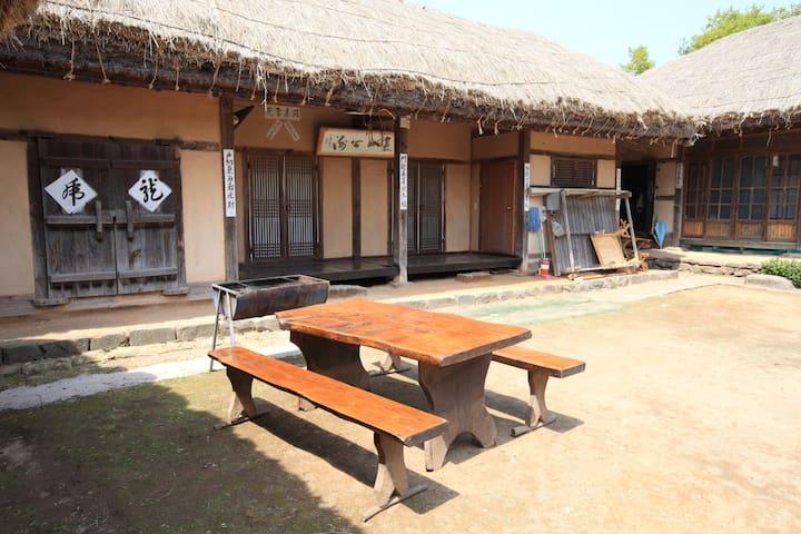 할아버지네, 아산시 외암민속마을의 전통 초가집 - Songak-myeon, Asan-si - Huis