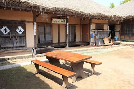 할아버지네, 아산시 외암민속마을의 전통 초가집 - Songak-myeon, Asan-si - Rumah