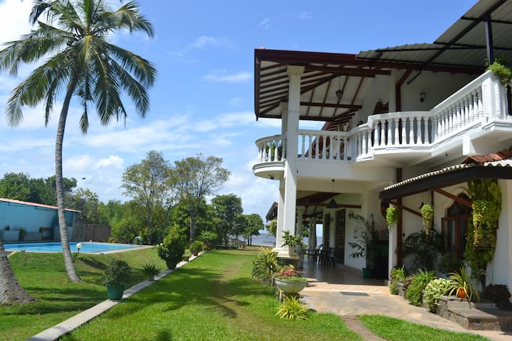Villa Barbara private pool & lagoon front SriLanka