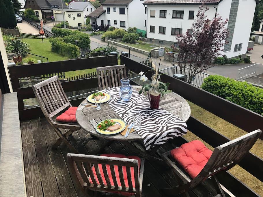 An Sommertagen empfiehlt sich ein Frühstück, Mittag- und Abendessen auf dem Balkon.