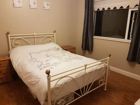 Spacious room in Rush, 20 mins from Airport!