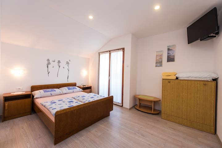 A6 cozy room with big garden, balcony & grill