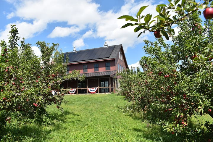 The Red Barn at Harvest Moon Orchard, mins to town