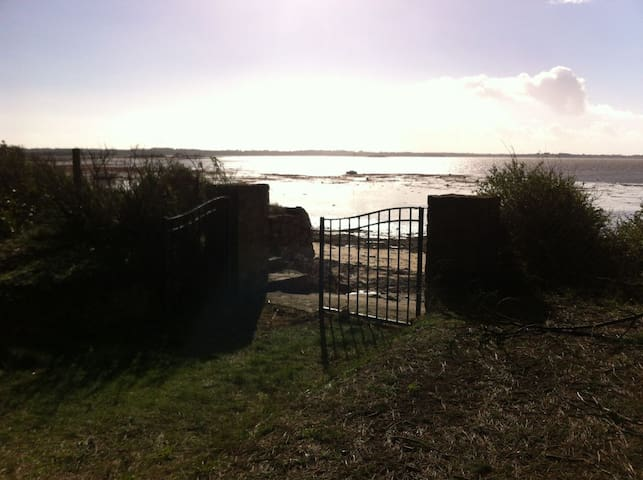 le portail donne directement sur la plage