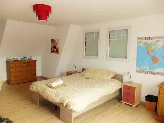 Spacious bedroom/grande chambre - Beuvrequen - House