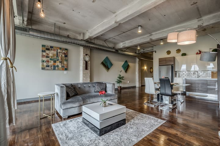 Downtown Dallas 2BR Loft+Pool+Views+Parking+Gym❤️️