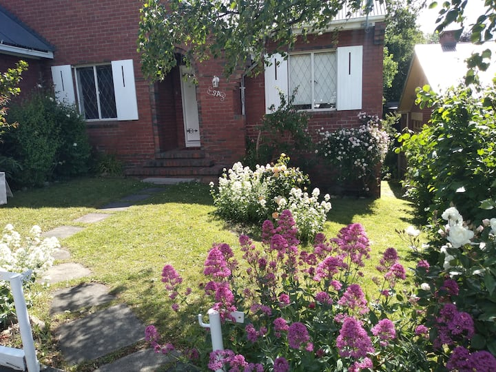 Tudor Cottage-close to cbd, Calvary hospital,wifi
