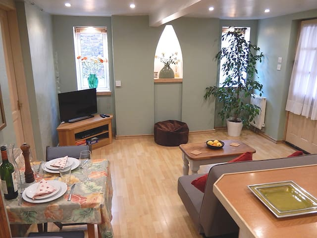 Cosy, central patio flat