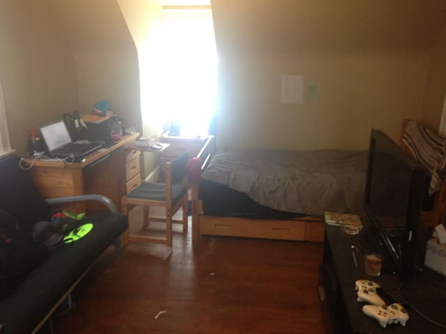 1 room summer sublease May-Aug!