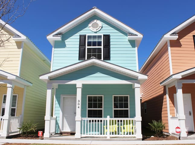 Beautiful Comfortable Cottage One Block To Beach!