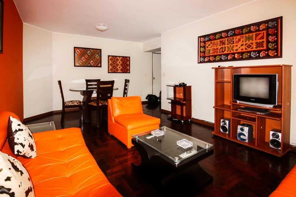 Amplio Living / Estar con TV de alta definición, radio, internet. Un comedor cómodo para que pueda disfrutar con su familia o visitas
