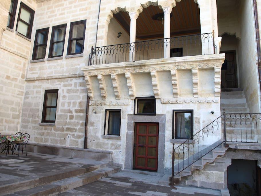 L'esterno ed il cortile della Casa del Giudice, racchiusi all'interno delle mura